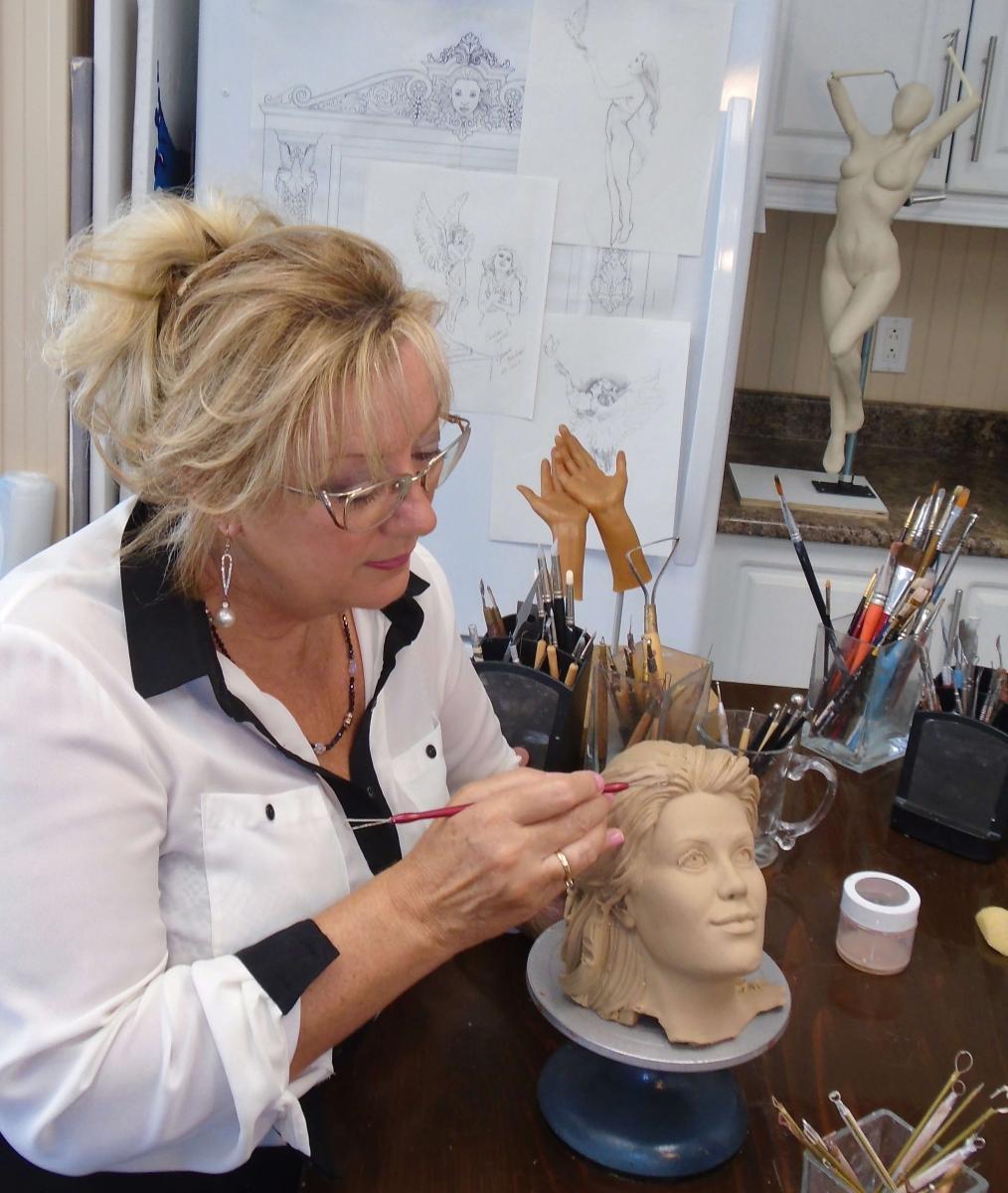 rosanne sculptant la tête de l'ange dans son atelier